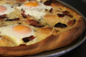 Egg bacon pizza
